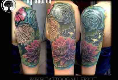 """alt=""""tatuaggi fiori realistici by Andrea tartari, farfalle loto e rosa colorati"""""""